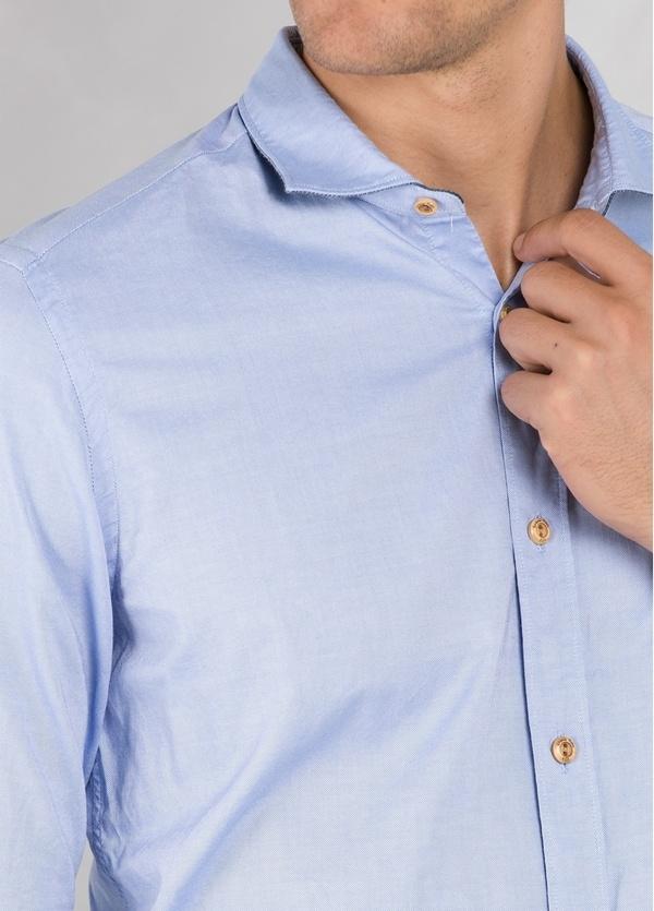 Camisa sport SLIM FIT lisa color celeste con pliegue en espalda. 100% Algodón oxford. - Ítem2