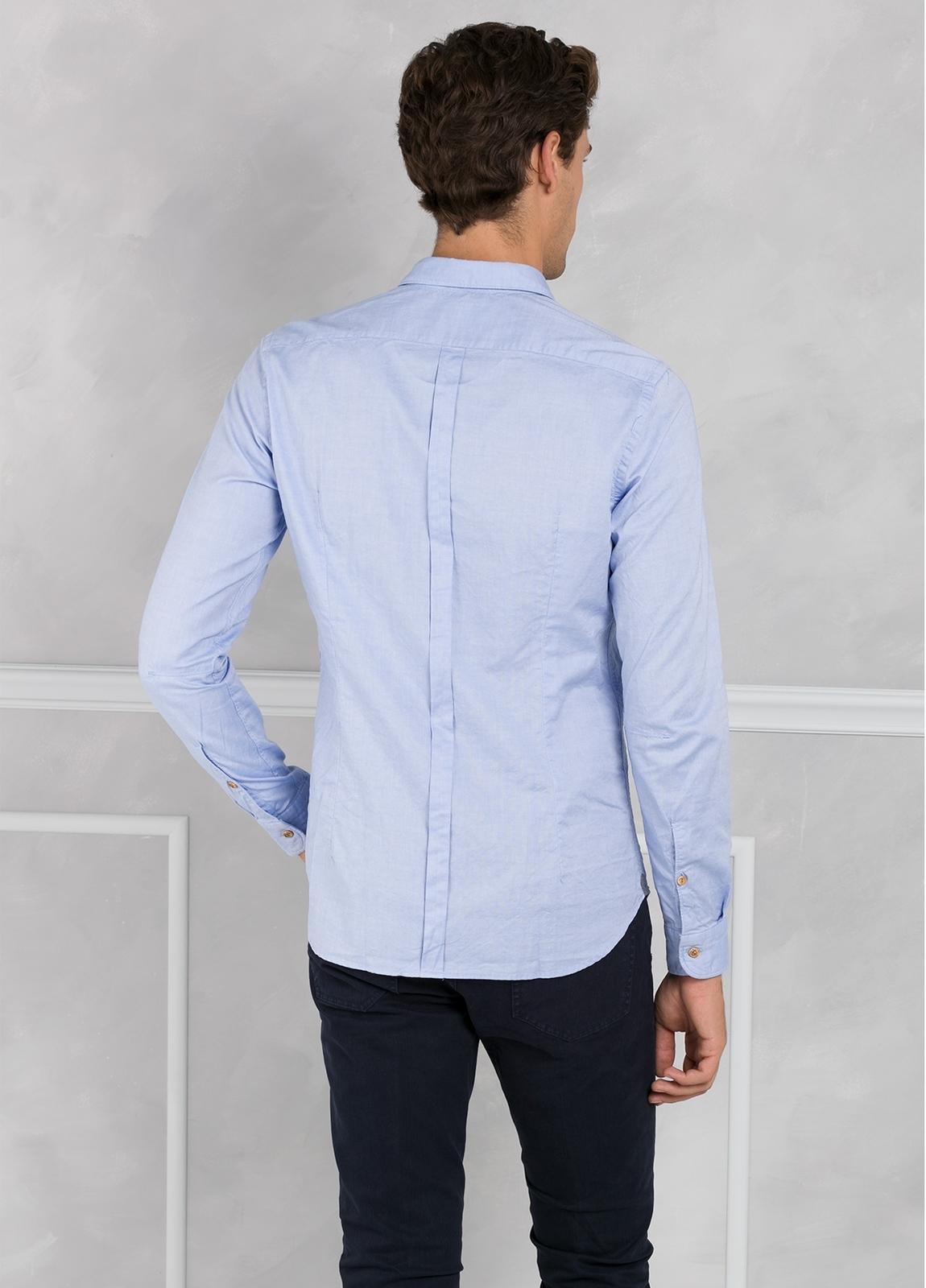 Camisa sport SLIM FIT lisa color celeste con pliegue en espalda. 100% Algodón oxford. - Ítem1