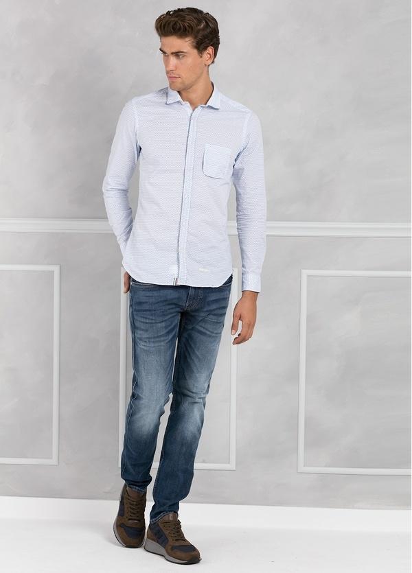 Camisa sport SLIM FIT microestampado color celeste con pliegue en espalda y bolsillo. 100% algodón.