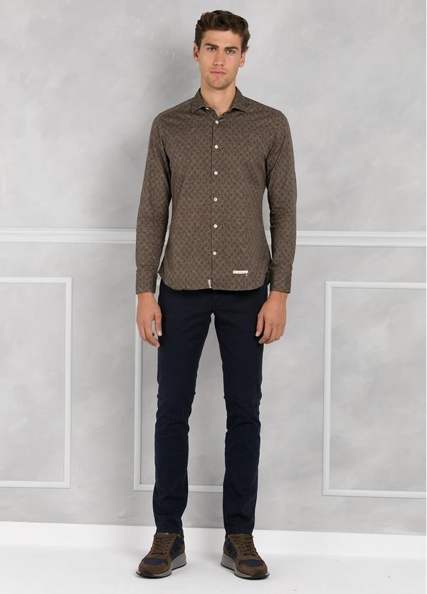 Camisa sport SLIM FIT con estampado floral color marrón. 100% Algodón.