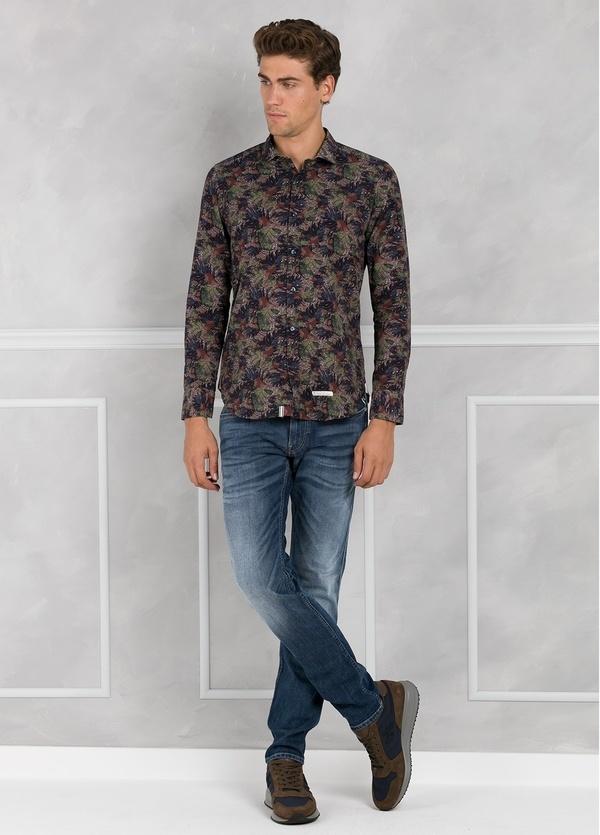 Camisa sport SLIM FIT con estampado de hojas color marrón. 100% Algodón. 100% Algodón.