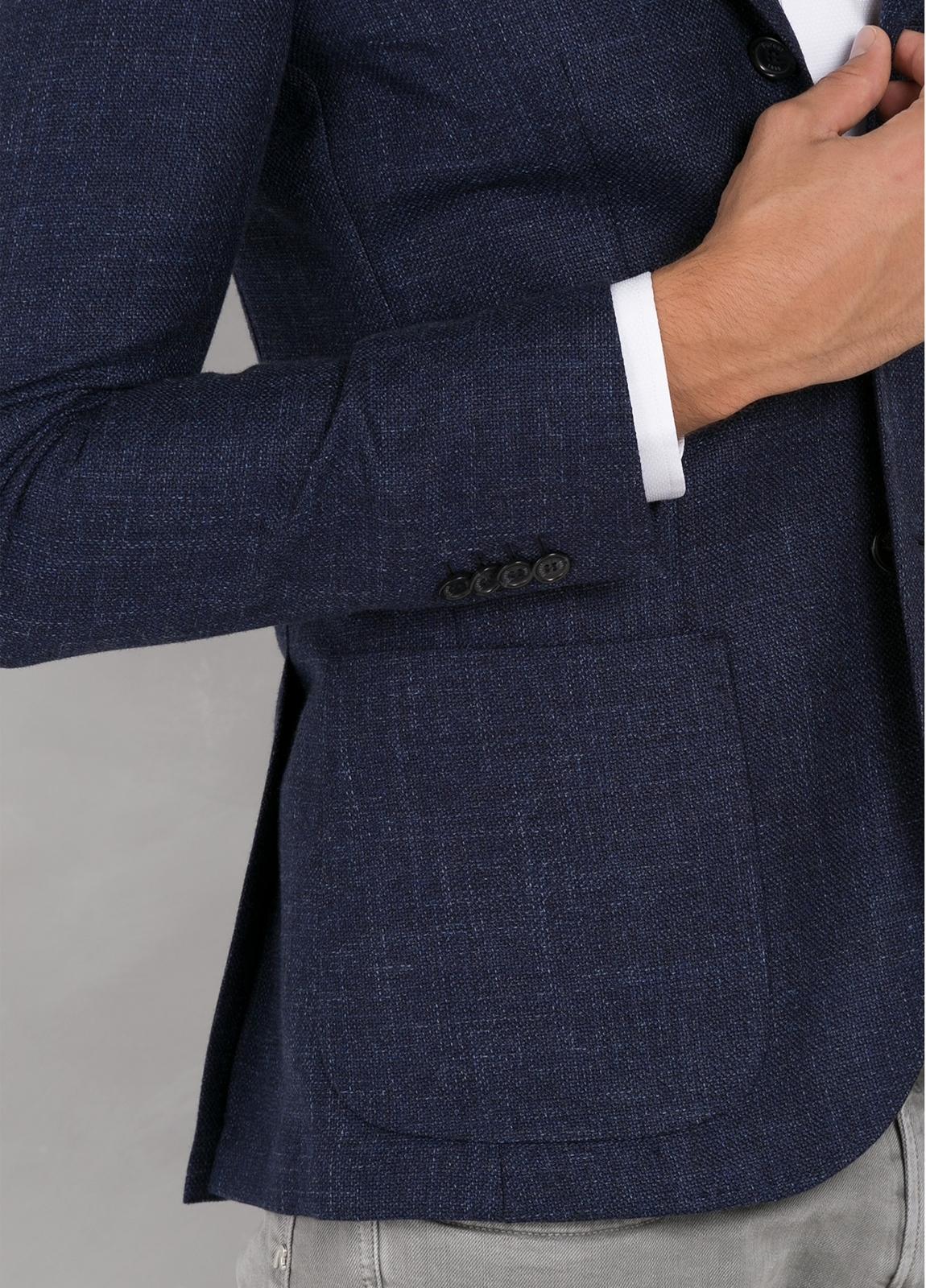 Americana textura ligeramente slim fit color azul, 70% Algodón 30% Lana. - Ítem3