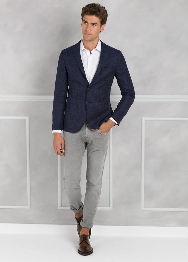 Americana textura ligeramente slim fit color azul, 70% Algodón 30% Lana.