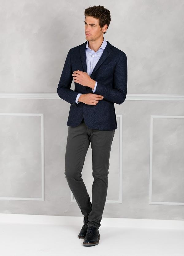 Americana textura ligeramente slim fit color azul. 75% Lana 22% Seda 3% Cashmere.