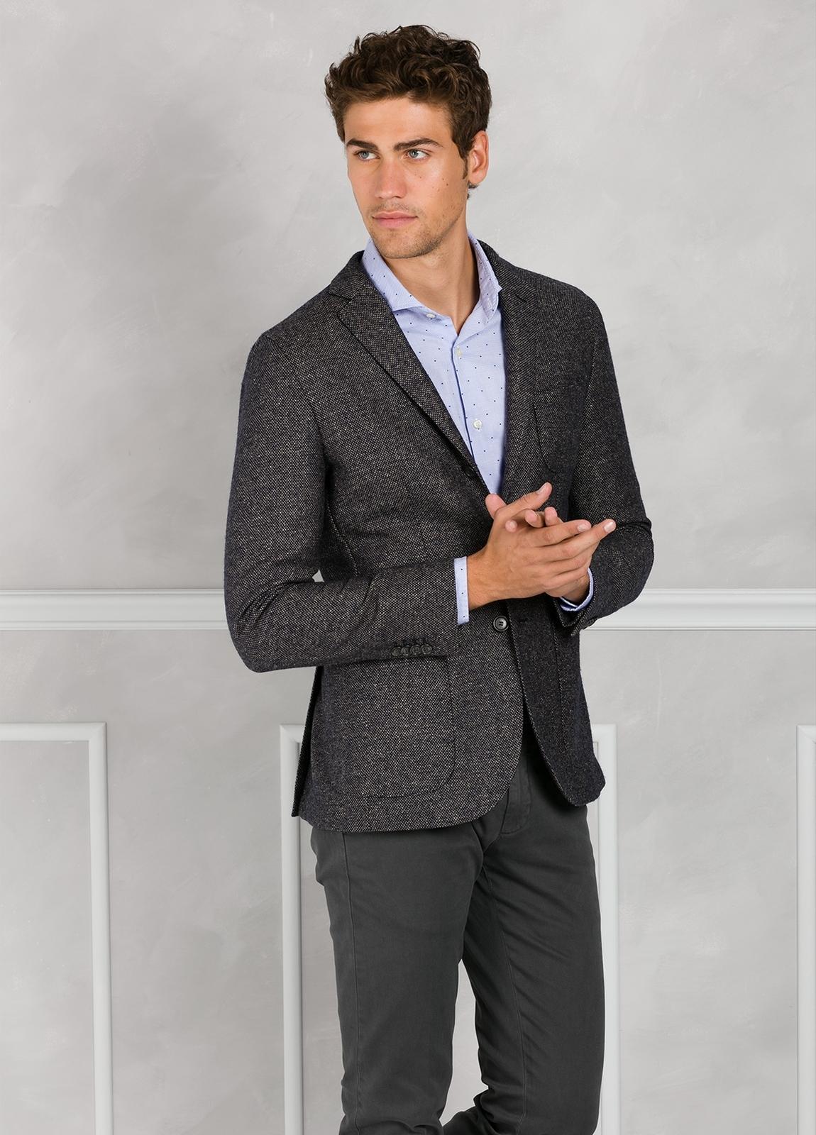 Americana textura ligeramente slim fit color gris. 75% Lana 22% Seda 3% Cashmere.