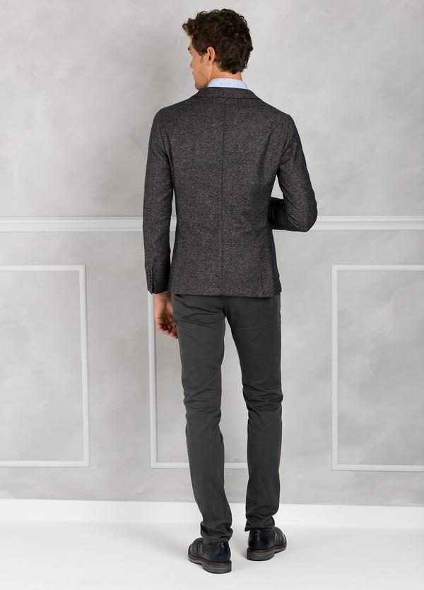 Americana textura ligeramente slim fit color gris. 75% Lana 22% Seda 3% Cashmere. - Ítem2
