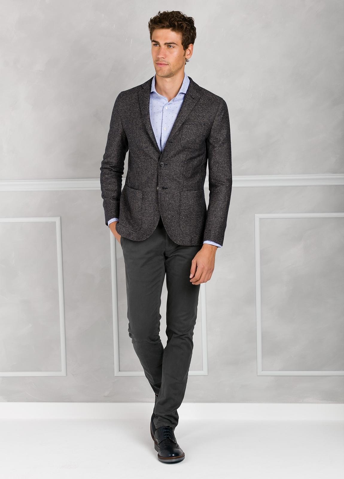 Americana textura ligeramente slim fit color gris. 75% Lana 22% Seda 3% Cashmere. - Ítem3