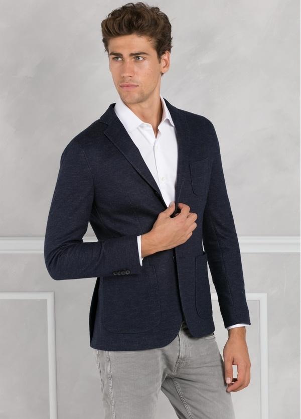 Americana de punto ligeramente slim fit color azul marino, 65% Lana 35% Algodón.