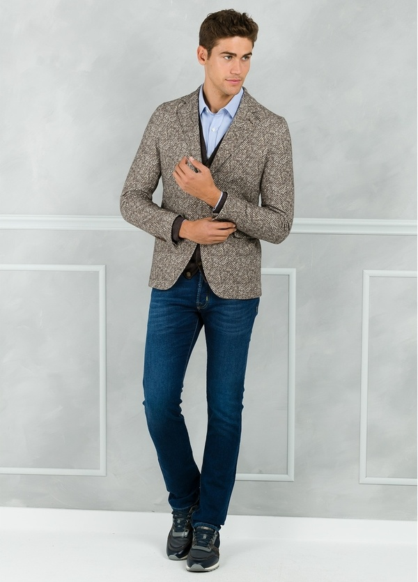 Americana soft 2 botones SLIM FIT diseño espiga color beige. Doble felpa.
