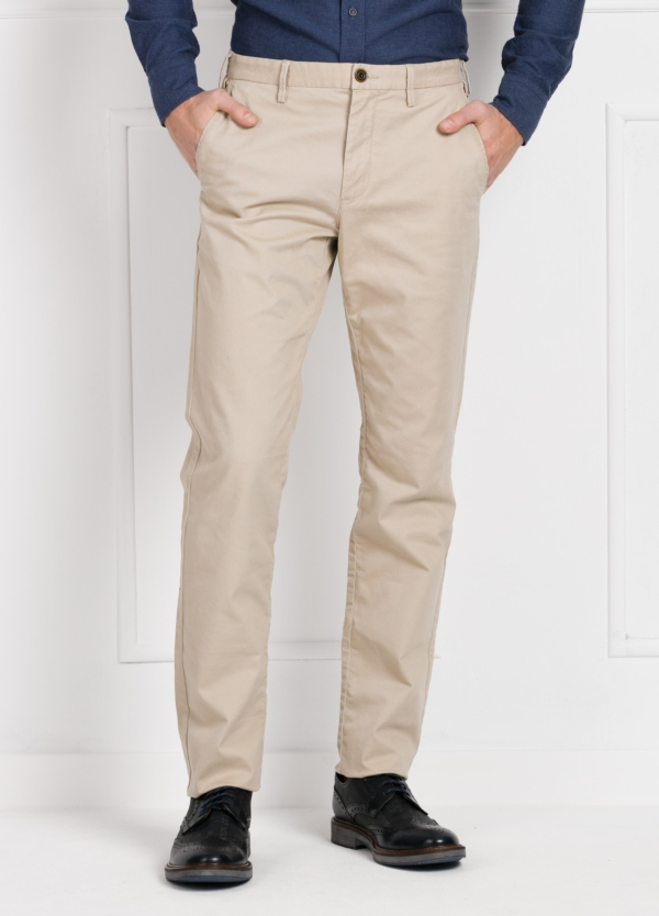 Pantalón chino REGULAR FIT modelo ALEX color beige. 98% Algodón 2% Elastán.