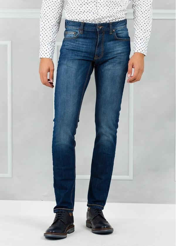 Pantalón tejano SLIM FIT modelo FRED 75 color azul denim. 97% Algodón 3% Elastán.