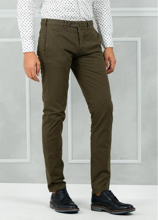 Pantalón chino modelo SANTA color kaki. 98% Algodón 2% Elastán.