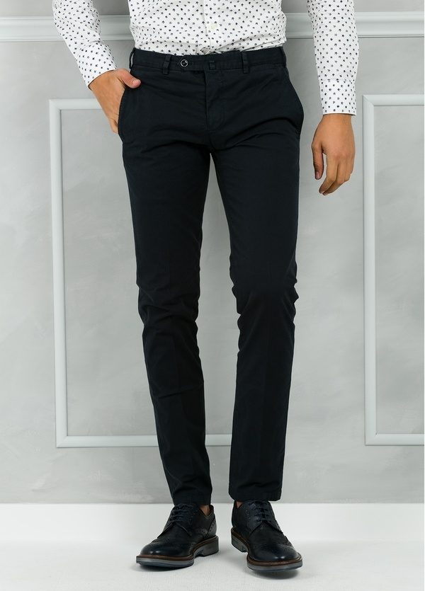Pantalón chino modelo SANTA color azul marino. 98% Algodón 2% Elastán.