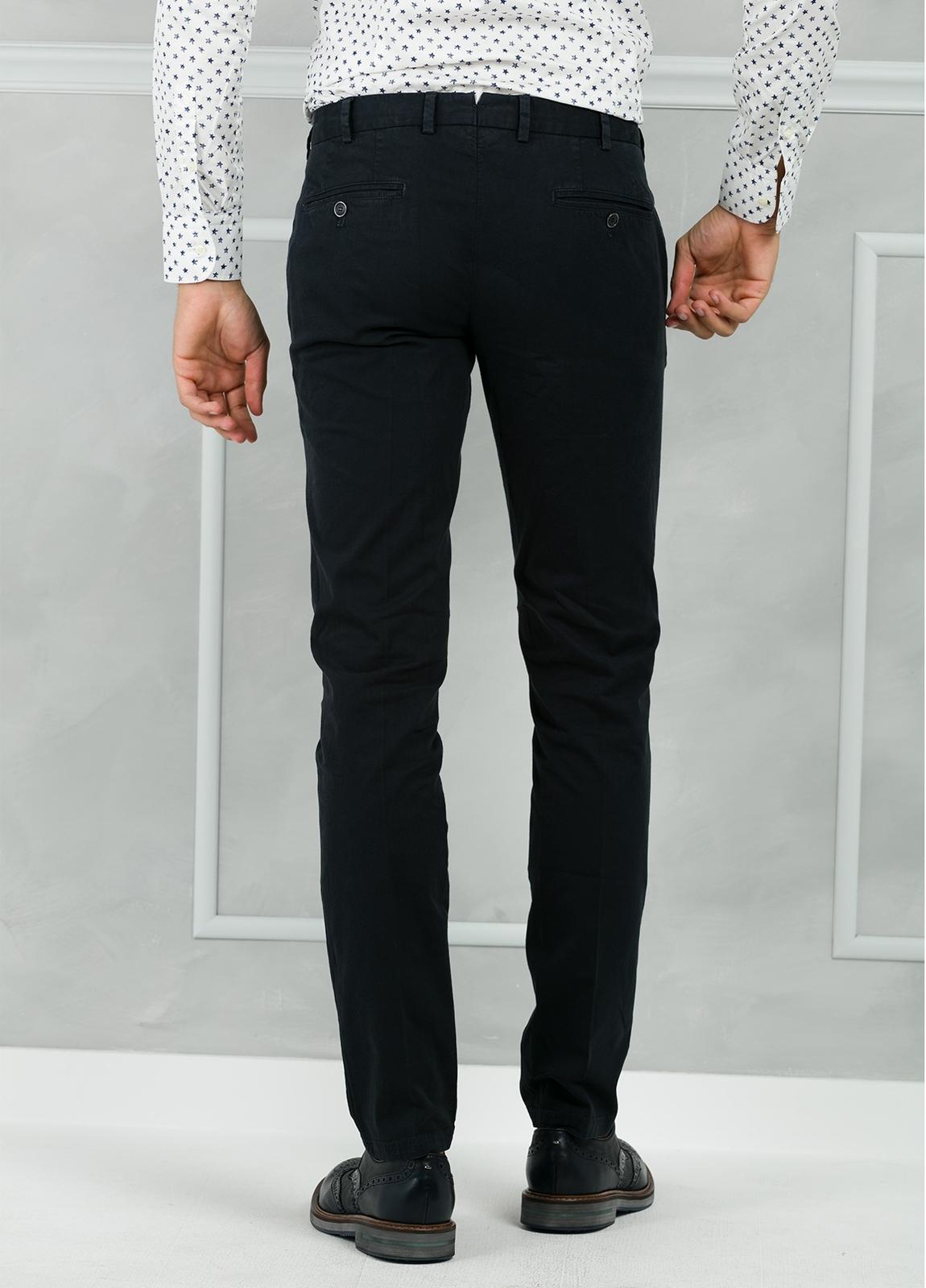 Pantalón chino modelo SANTA color azul marino. 98% Algodón 2% Elastán. - Ítem1