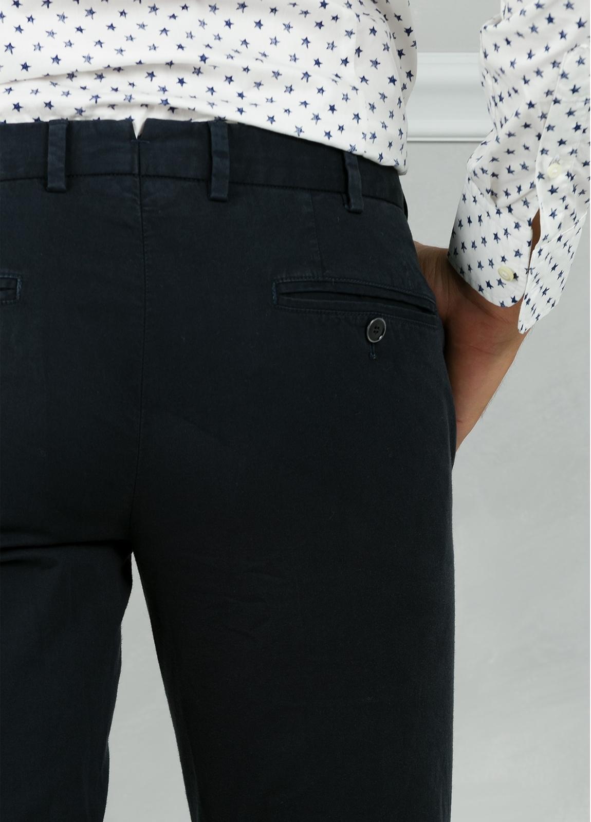 Pantalón chino modelo SANTA color azul marino. 98% Algodón 2% Elastán. - Ítem2