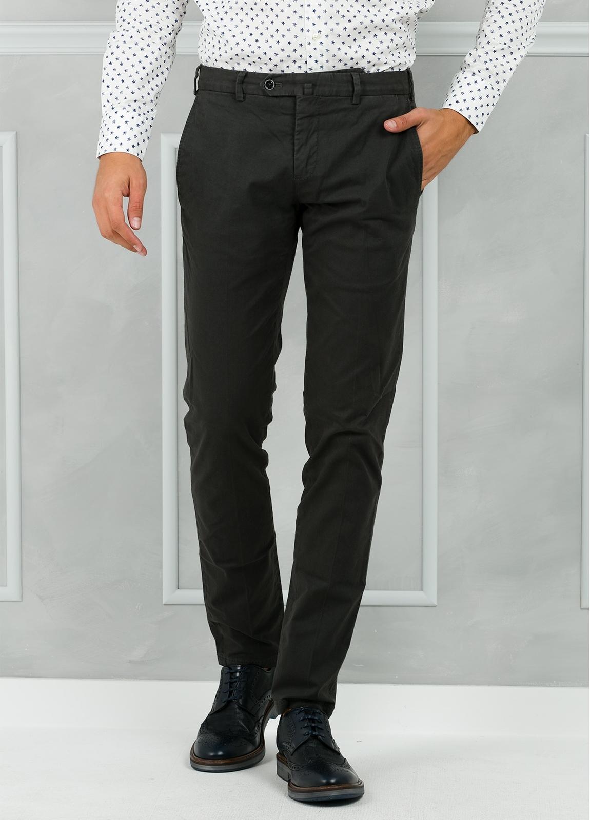 Pantalón chino modelo SANTA color gris. 98% Algodón 2% Elastán.