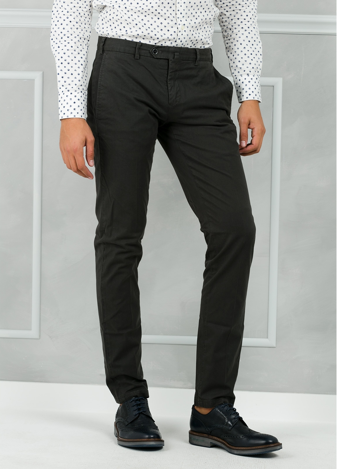 Pantalón chino modelo SANTA color gris. 98% Algodón 2% Elastán. - Ítem1