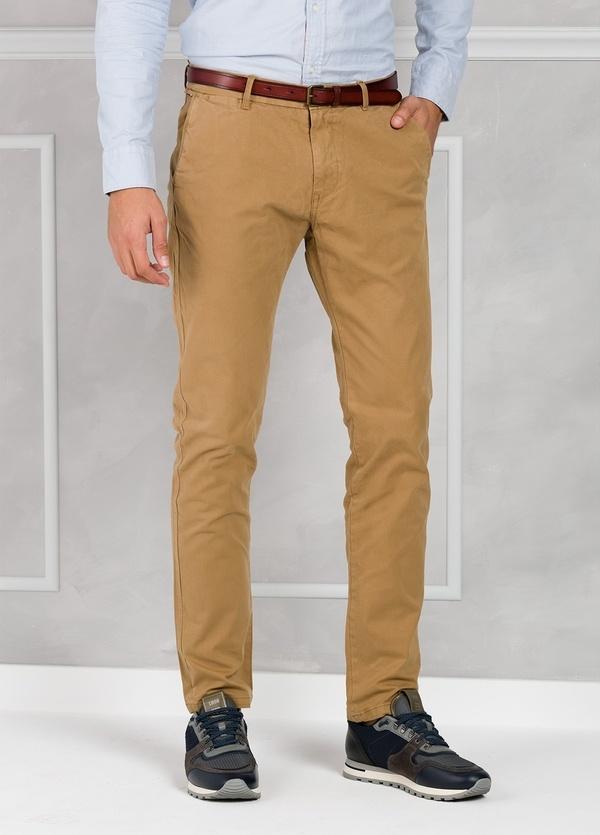 Pantalón chino regular slim fit teñido en prenda color tostado. 97% Algodón. 3% Elastano. - Ítem1