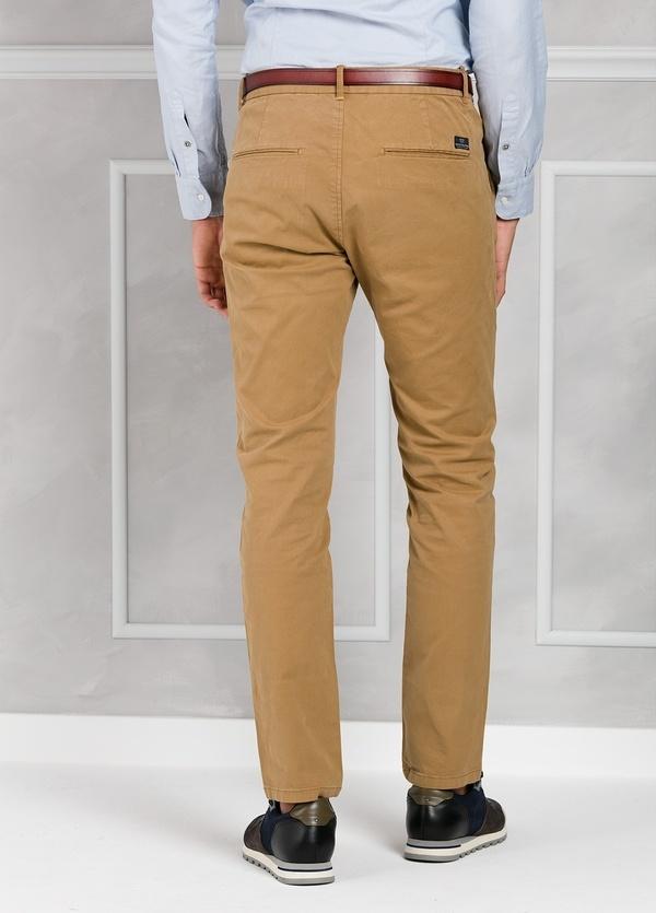 Pantalón chino regular slim fit teñido en prenda color tostado. 97% Algodón. 3% Elastano. - Ítem2