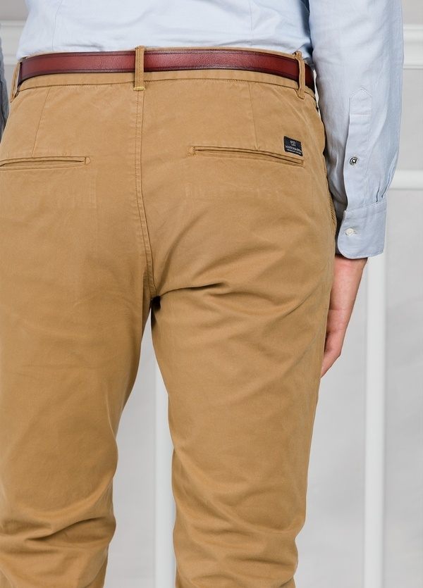 Pantalón chino regular slim fit teñido en prenda color tostado. 97% Algodón. 3% Elastano. - Ítem3