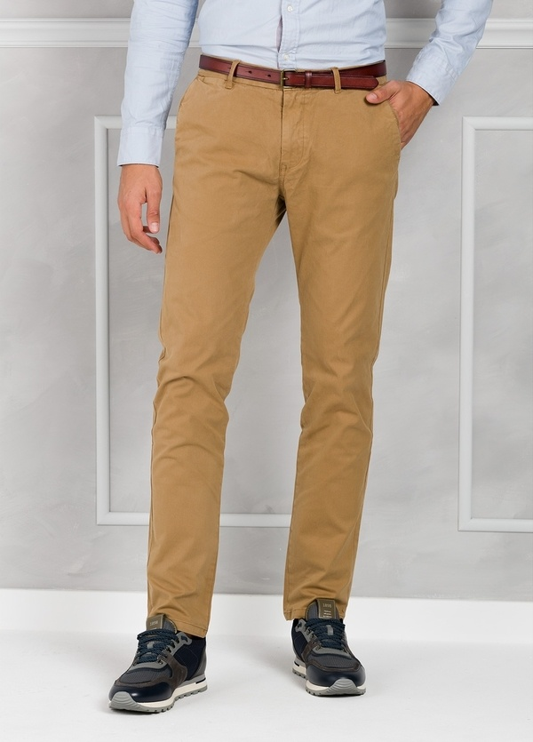 Pantalón chino regular slim fit teñido en prenda color tostado. 97% Algodón. 3% Elastano.