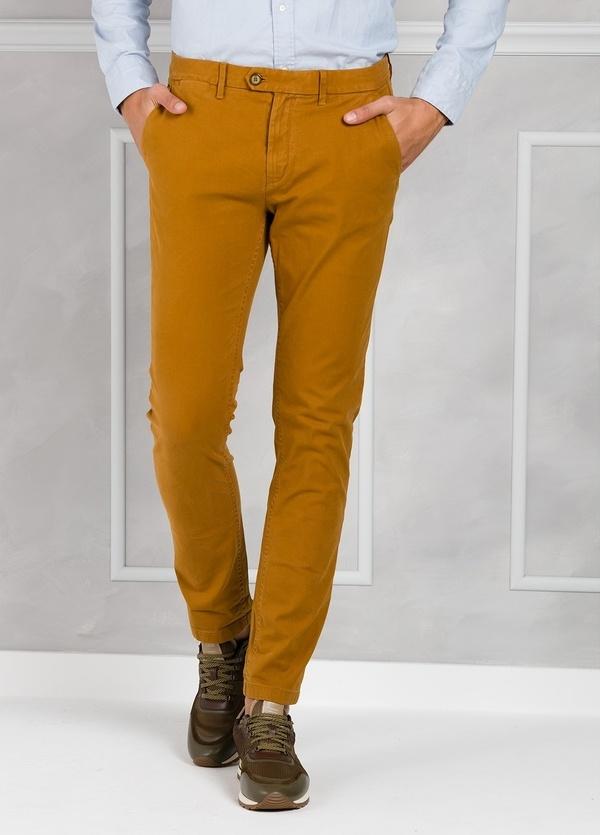Pantalón regular slim fit de tejido dobby color mostaza. 97% Algodón 3% Elastano.
