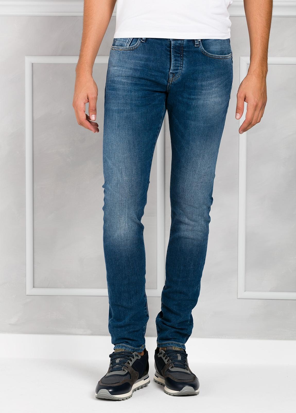 Pantalón tejano regular slim fit modelo RALSTON denim elástico color azul medio. 93% Algodón 7% Poliéster 1% Elastano.