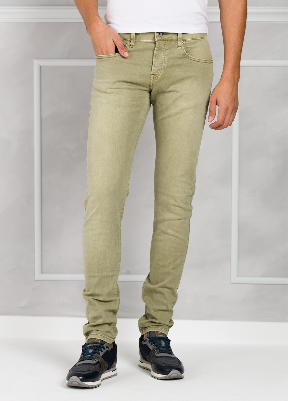 Pantalón 5 bolsillos regular slim fit denim elástico teñido en prenda color verde. 90% Algodón 8% Poliéster 2% Elastano. - Ítem2