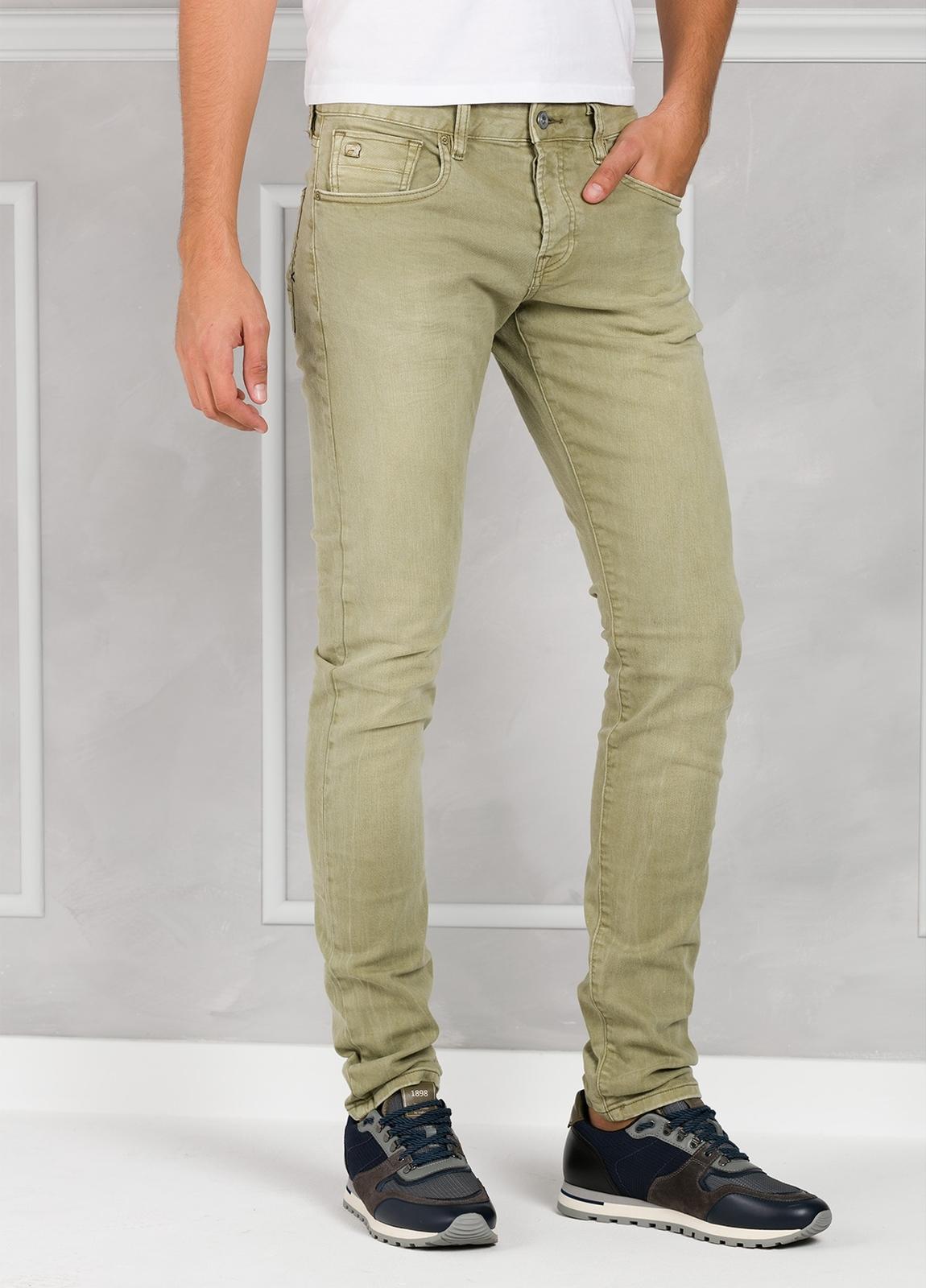 Pantalón 5 bolsillos regular slim fit denim elástico teñido en prenda color verde. 90% Algodón 8% Poliéster 2% Elastano.