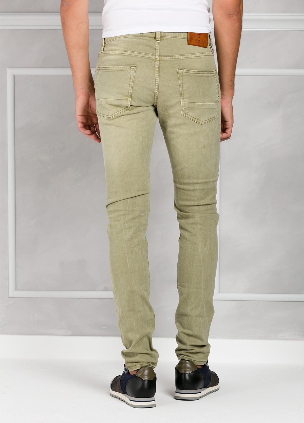Pantalón 5 bolsillos regular slim fit denim elástico teñido en prenda color verde. 90% Algodón 8% Poliéster 2% Elastano. - Ítem1