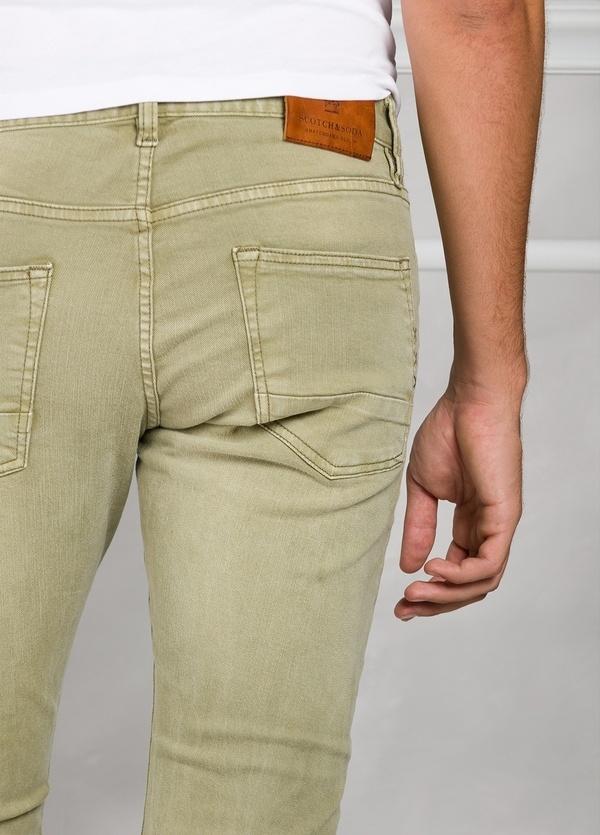 Pantalón 5 bolsillos regular slim fit denim elástico teñido en prenda color verde. 90% Algodón 8% Poliéster 2% Elastano. - Ítem3