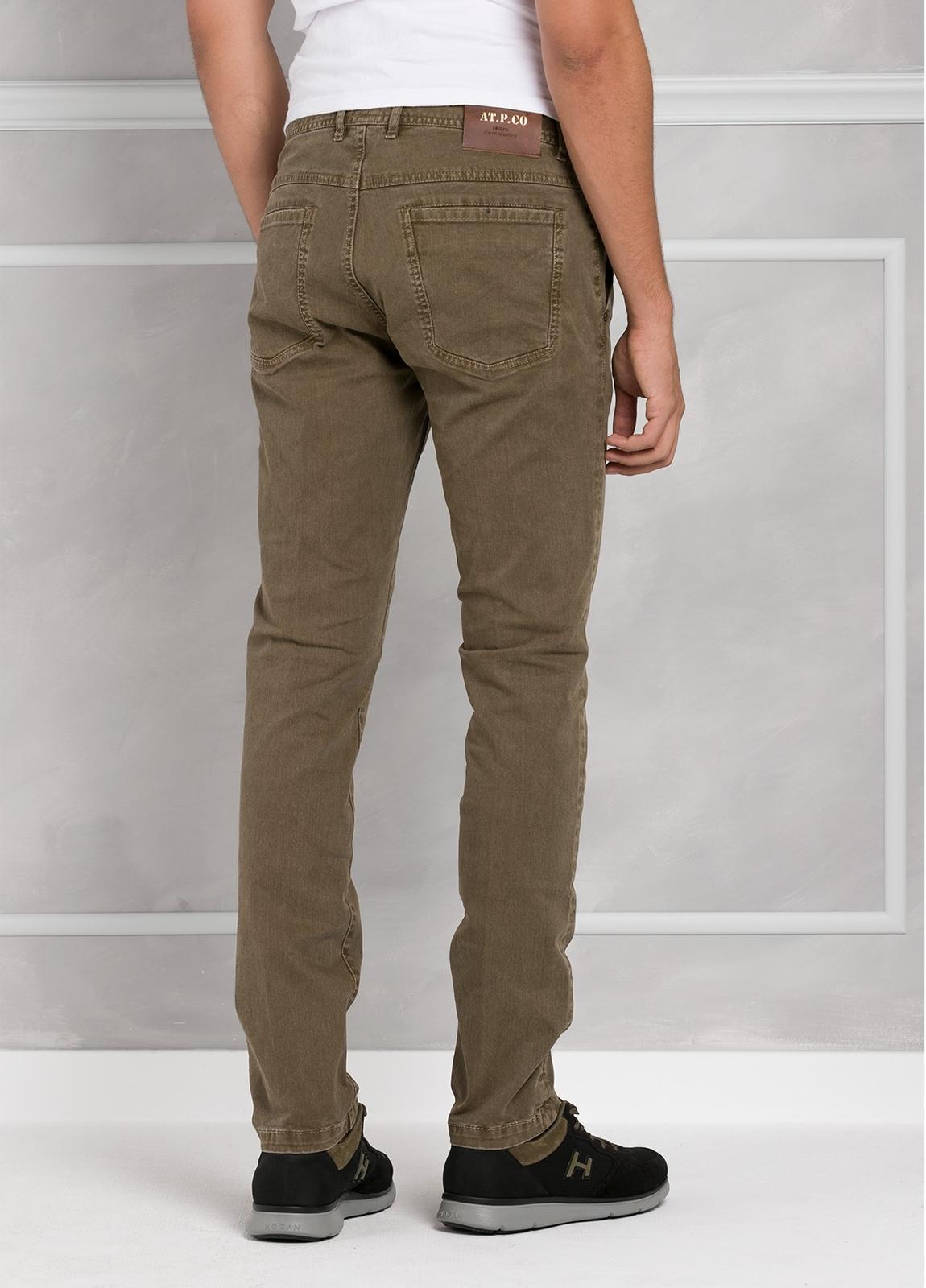 Pantalón 5 bolsillos modelo BRAD 01 color tostado. 97% Algodón 3% Elastán. - Ítem2