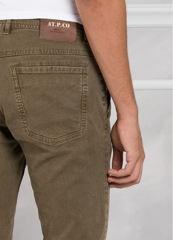 Pantalón 5 bolsillos modelo BRAD 01 color tostado. 97% Algodón 3% Elastán. - Ítem1