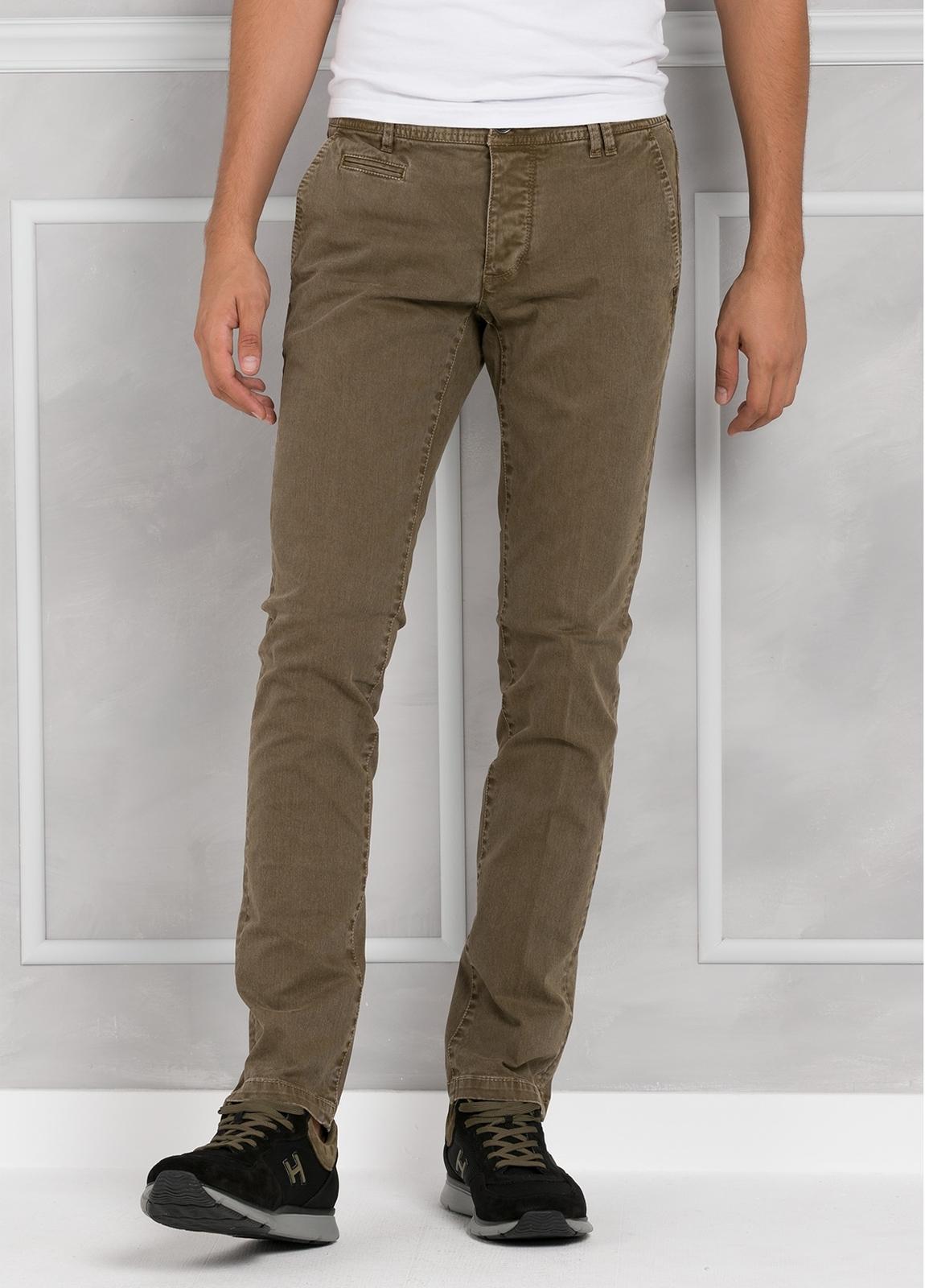 Pantalón 5 bolsillos modelo BRAD 01 color tostado. 97% Algodón 3% Elastán.