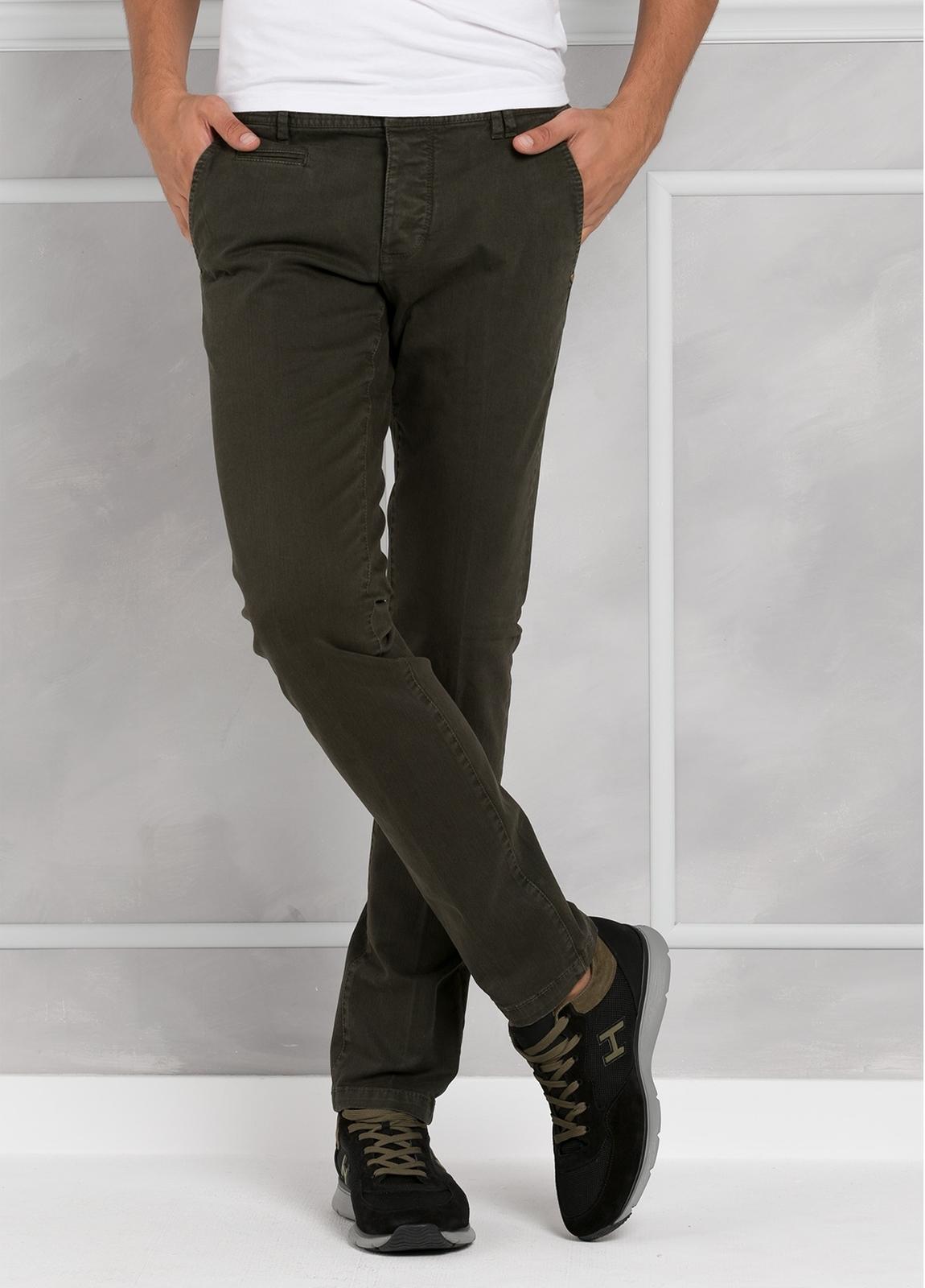 Pantalón 5 bolsillos modelo BRAD 01 color kaki. 97% Algodón 3% Elastán.