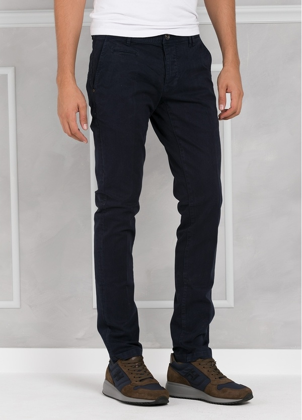 Pantalón 5 bolsillos modelo BRAD 01 color azul marino. 97% Algodón 3% Elastán.