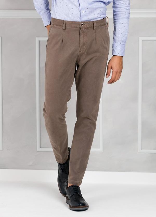 Pantalón chino ligeramente slim fit modelo GASPAR color tostado. 100% Algodón tricotina.