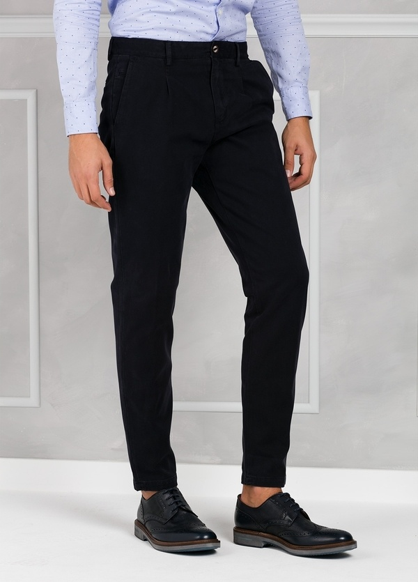 Pantalón chino ligeramente slim fit modelo GASPAR color azul marino. 100% Algodón tricotina. - Ítem1