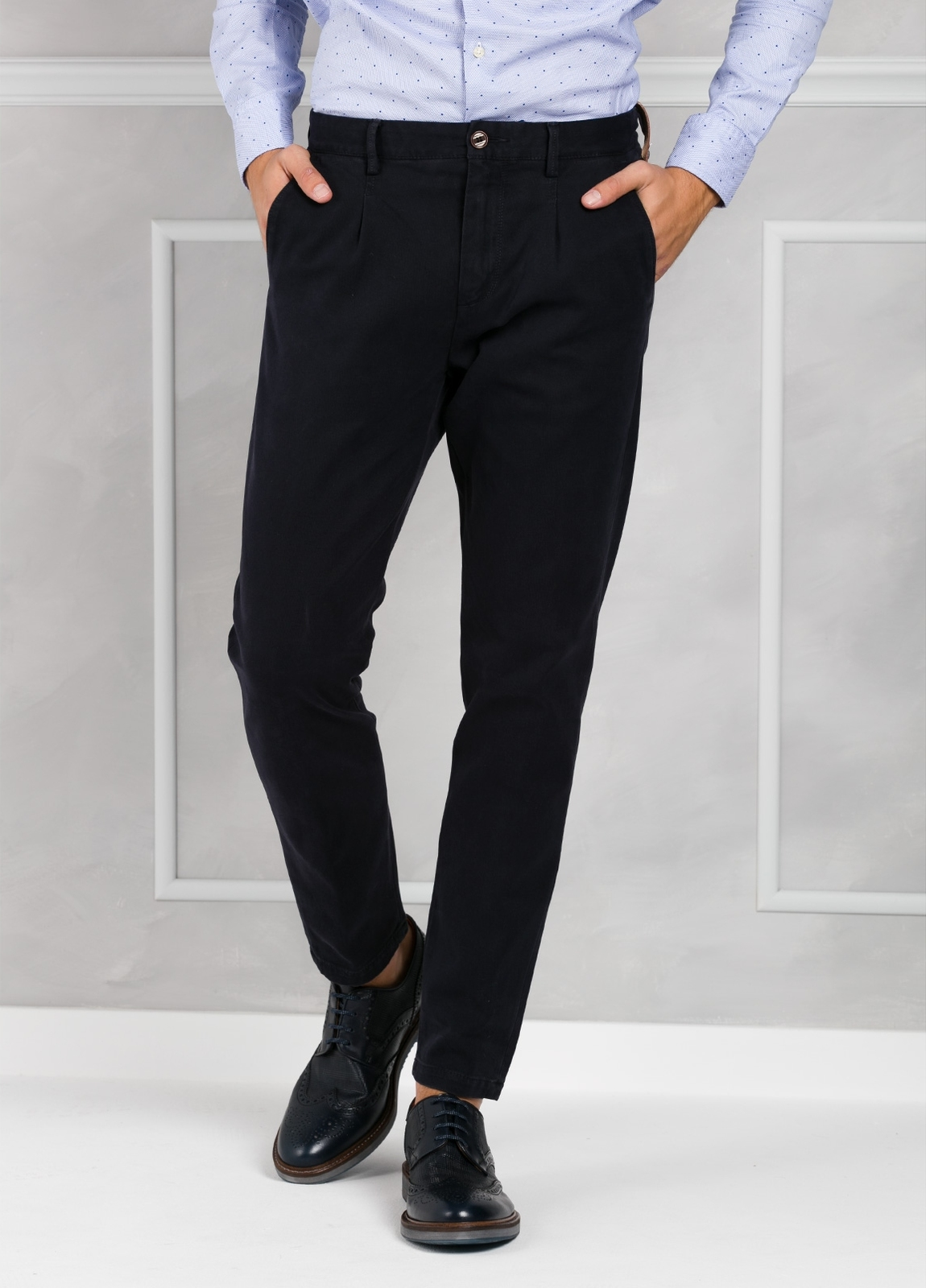 Pantalón chino ligeramente slim fit modelo GASPAR color azul marino. 100% Algodón tricotina.