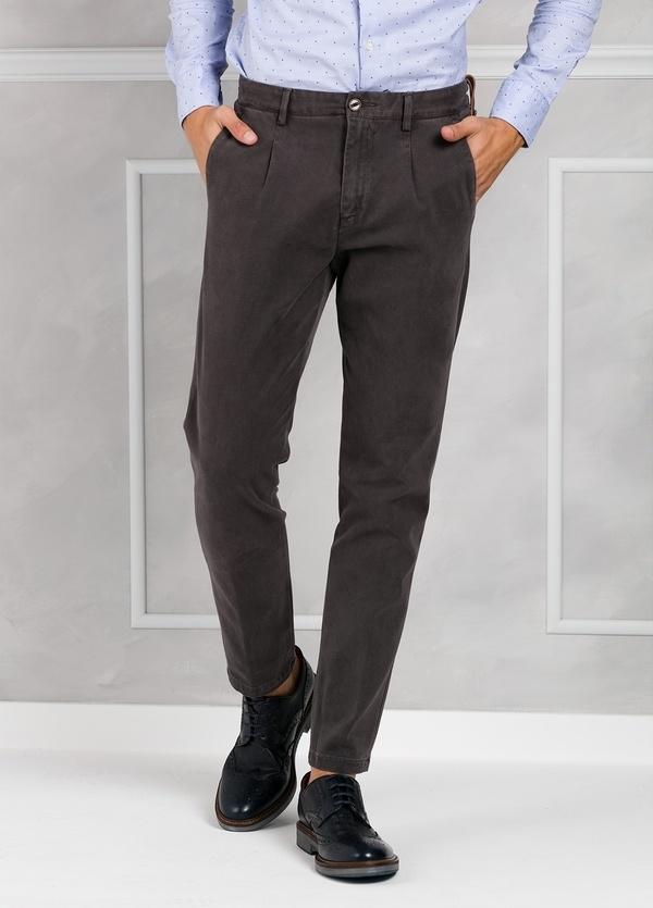 Pantalón chino ligeramente slim fit modelo GASPAR color gris oscuro. 100% Algodón tricotina.