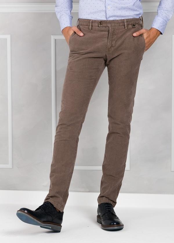 Pantalón chino ligeramente slim fit modelo JACK color tostado, 100% Algodón velveton.