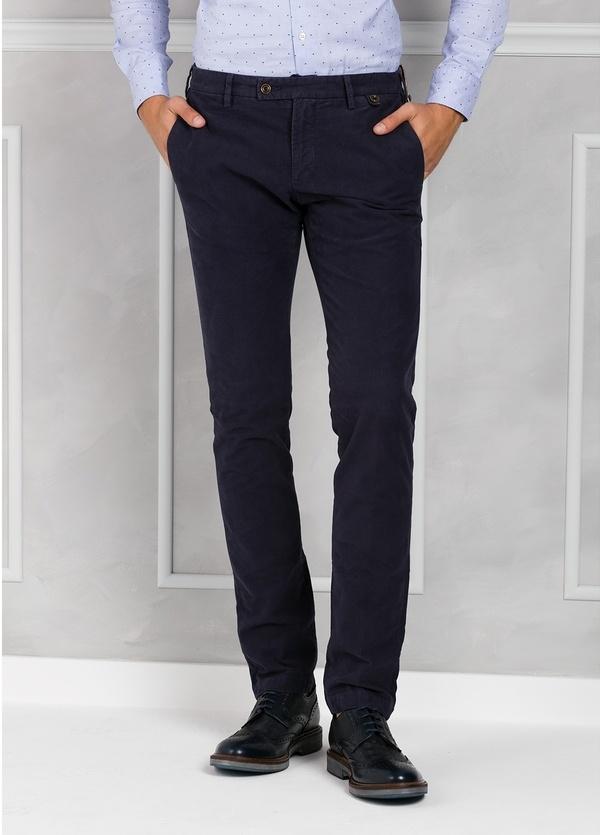 Pantalón chino ligeramente slim fit modelo JACK color azul marino.100% Algodón velveton.