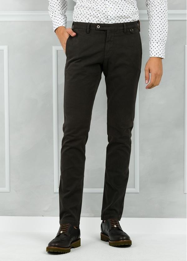 Pantalón chino ligeramente slim fit modelo JACK microdibujo color verde oscuro.