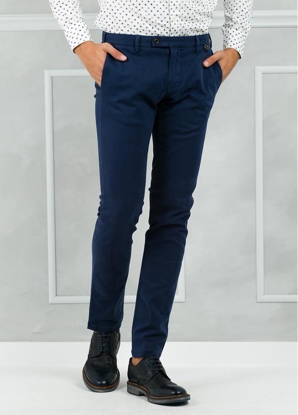 Pantalón chino ligeramente slim fit modelo JACK microdibujo color azul.