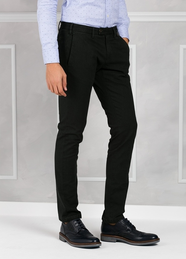 Pantalón chino ligeramente slim fit modelo JACK color verde. 98% Algodón 2% Elastán. - Ítem1