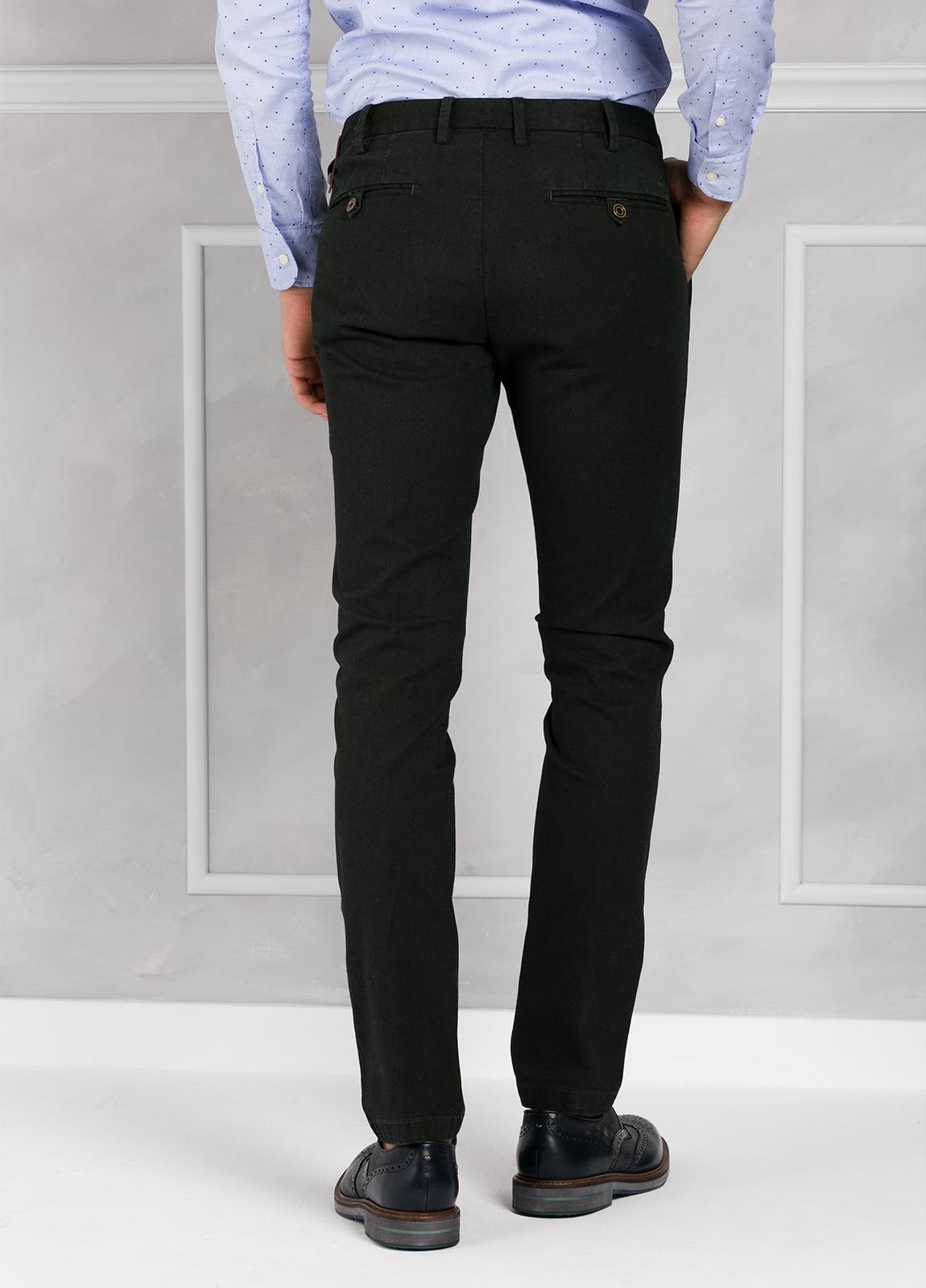 Pantalón chino ligeramente slim fit modelo JACK color verde. 98% Algodón 2% Elastán. - Ítem2