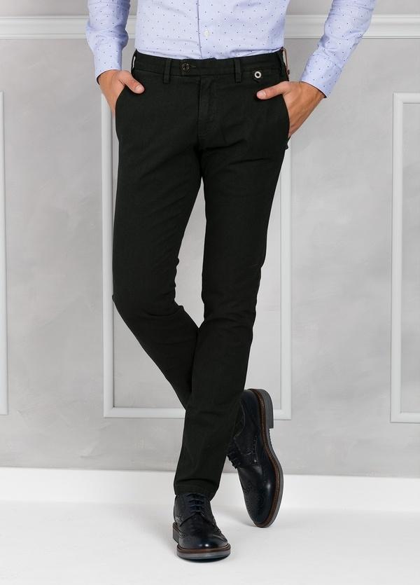 Pantalón chino ligeramente slim fit modelo JACK color verde. 98% Algodón 2% Elastán.