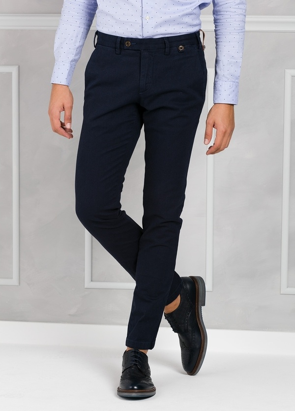 Pantalón chino ligeramente slim fit modelo JACK color azul marino. 98% Algodón 2% Elastán.