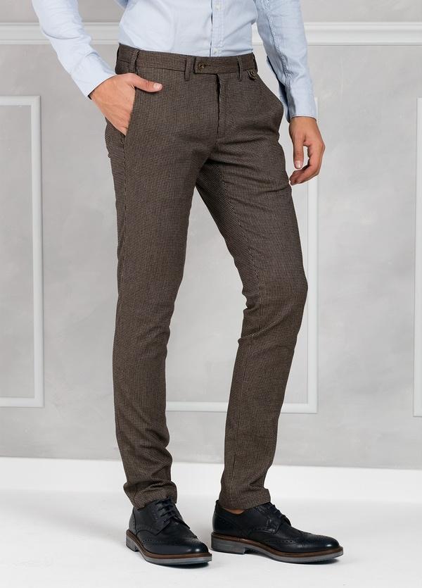 Pantalón sport ligeramente slim fit modelo JACK pata de gallo color marrón. 98% Algodón 2% Elastán.
