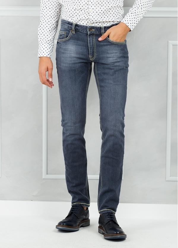 Pantalón tejano ligeramente slim fit modelo FRED color azul denim.